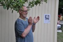 Bengt visade sin uppskattning under äppleträdet.