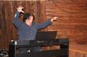Lars kollar ljudet på pianot.
