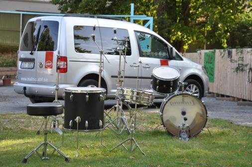 ABF-bilen flankerad av trummor.